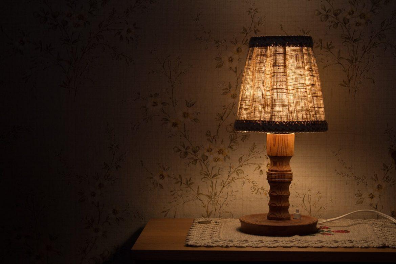 Auswahl von Tischlampen für die Schlafzimmerdekoration